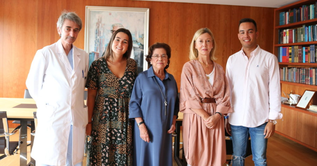 Benigna Peña, Dolores Estrada y Gonzalo Peña posan con los becarios