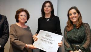 Benigna Peña con la ganadora, María Isidoro, y la alcaldesa de A Coruña, Inés Rey