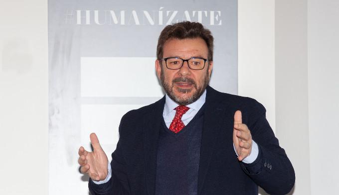 El ponente, Adrián Llerena