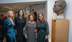 La directora de la Fundación, Dolores Estrada, posa con la premiada, María Isidoro, Benigna Peña, y la alcaldesa de A Coruña, Inés Rey.