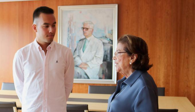Pablo Abal Rey recibe la beca Fundación San Rafael de manos de su presidenta, Dña. Benigna Peña