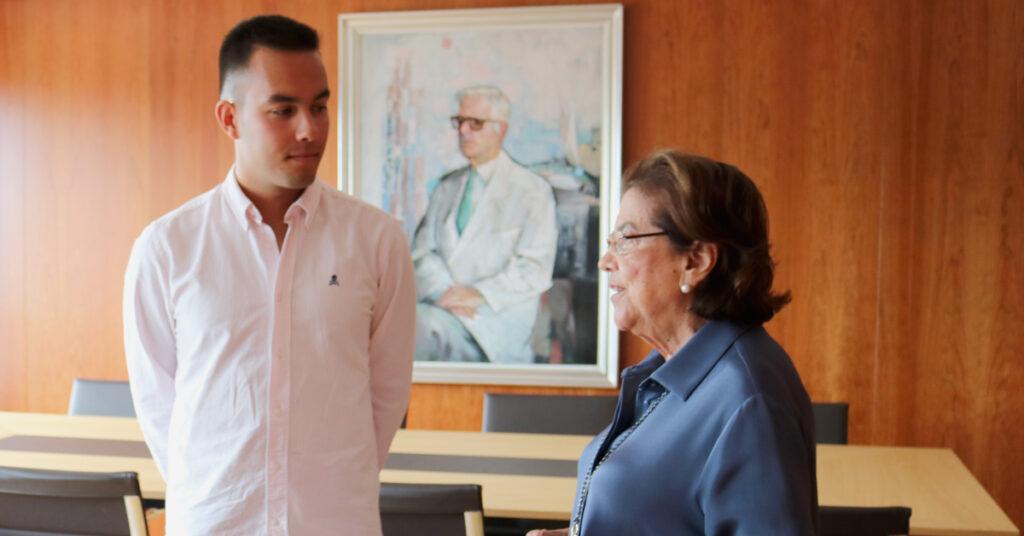 Pablo Abal con la presidenta de la Fundación San Rafael, Dña. Benigna Peña, en la entrega de su beca.
