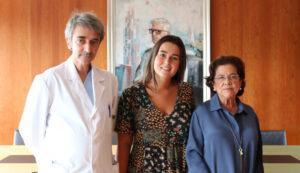 Irene González Eiroa con el doctor D. Gonzalo Peña y Dña, Benigna Peña, presidenta de la Fundación San Rafael