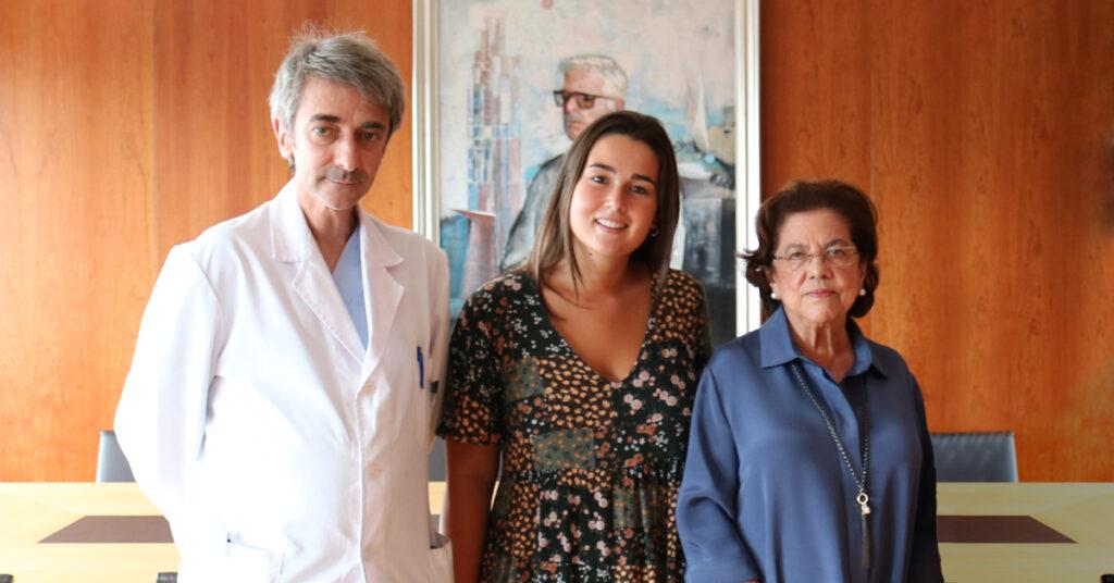 Irene González Eiroa, becaria Fundación San Rafael 2019, con Dña. Benigna Peña y el doctor D. Gonzalo Peña.
